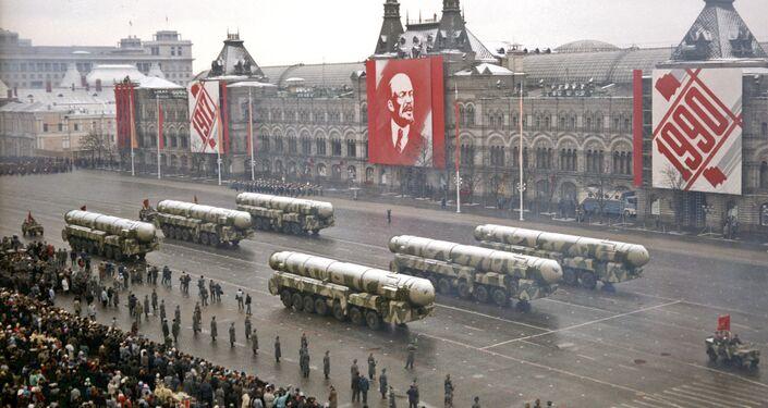 Parada militar na Praça Vermelha em 7 de novembro de 1990