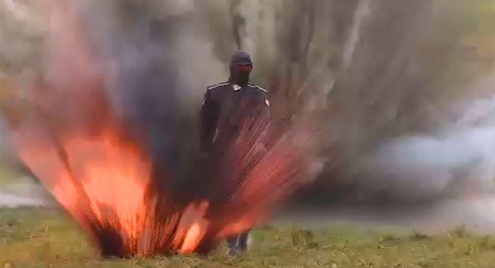 Modelo desfilou sob explosões e chamas em teste de armadura revolucionária na Rússia