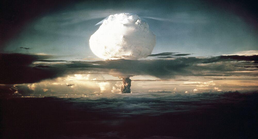 Nuvem em forma de cogumelo que surgiu após os testes da arma Ivy Mike sobre o Pacífico, 1º de novembro de 1952 (imagem de arquivo)