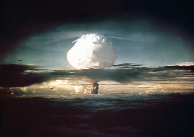 Nuvem em forma de cogumelo que surgiu após os testes da arma Ivy Mike sobre o Pacífico, 1º de novembro de 1952