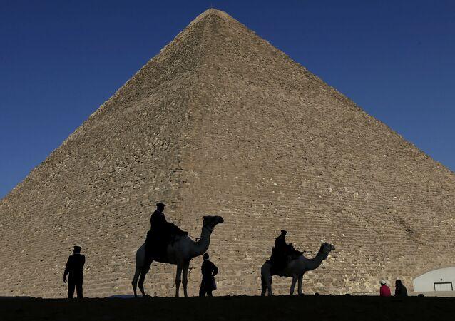 Silhuetas de policiais em frente à Grande Pirâmide do Egito (foto de arquivo)