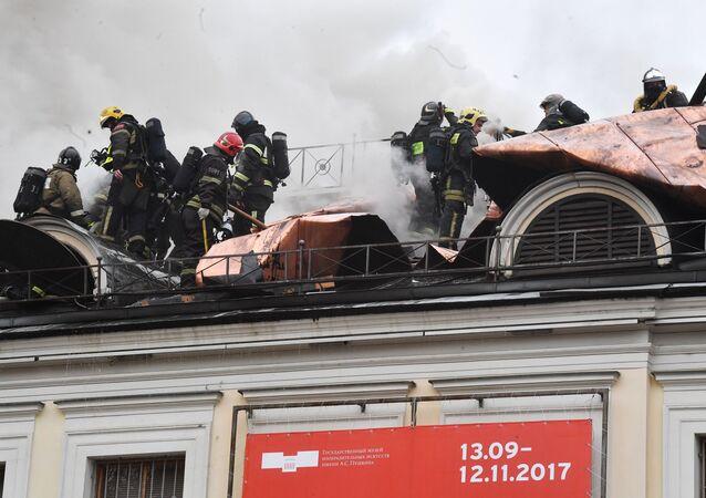 Bombeiros extinguindo as chamas no telhado do edifício do Museu Estatal Pushkin de Belas Artes, 3 de novembro, 2017