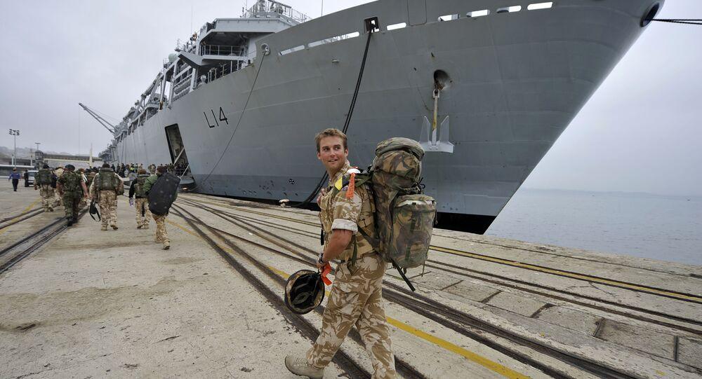 Marinheiro britânico perto do navio de guerra HMS Albion