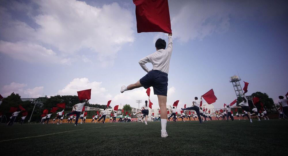 Crianças descendentes de coreanos deslocados para o Japão participam de eventos festivos em uma das escolas de Tóquio