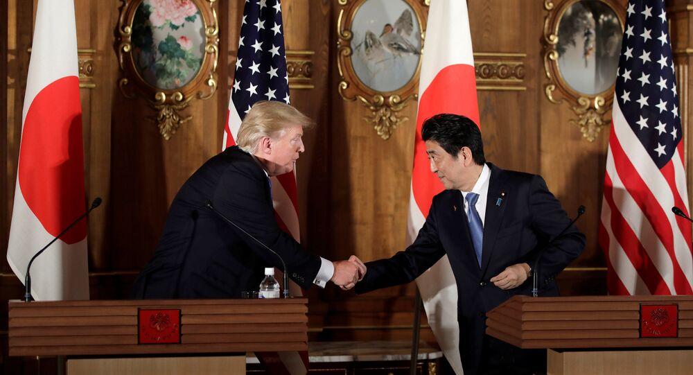 Presidente norte-americano, Donald Trump, com premiê japonês, Shinzo Abe durante coletiva de imprensa em Tóquio, 6 de novembro de 2017