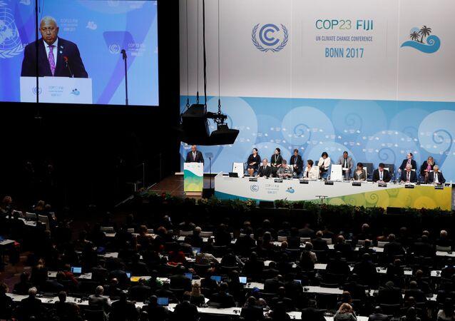 Frank Bainimarama, o novo presidente da COP 23, fala durante a sessão de abertura da COP23 Conferência das Nações Unidas sobre Mudanças Climáticas 2017, organizada por Fiji, mas realizada no Centro Mundial de Conferências de Bonn, Alemanha.