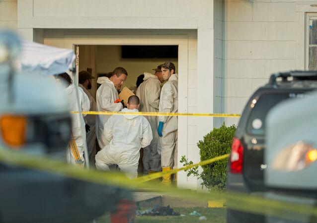 Agentes da polícia investigando um tiroteio em massa em uma igreja, na cidade de Sutherland Springs, Texas, EUA, 5 de novembro de 2017