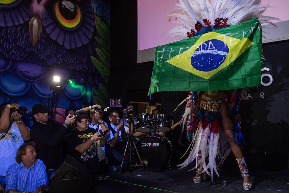 A vencedora do concurso, Rosie Oliveira, com a bandeira nacional do Brasil dizendo FORA TEMER