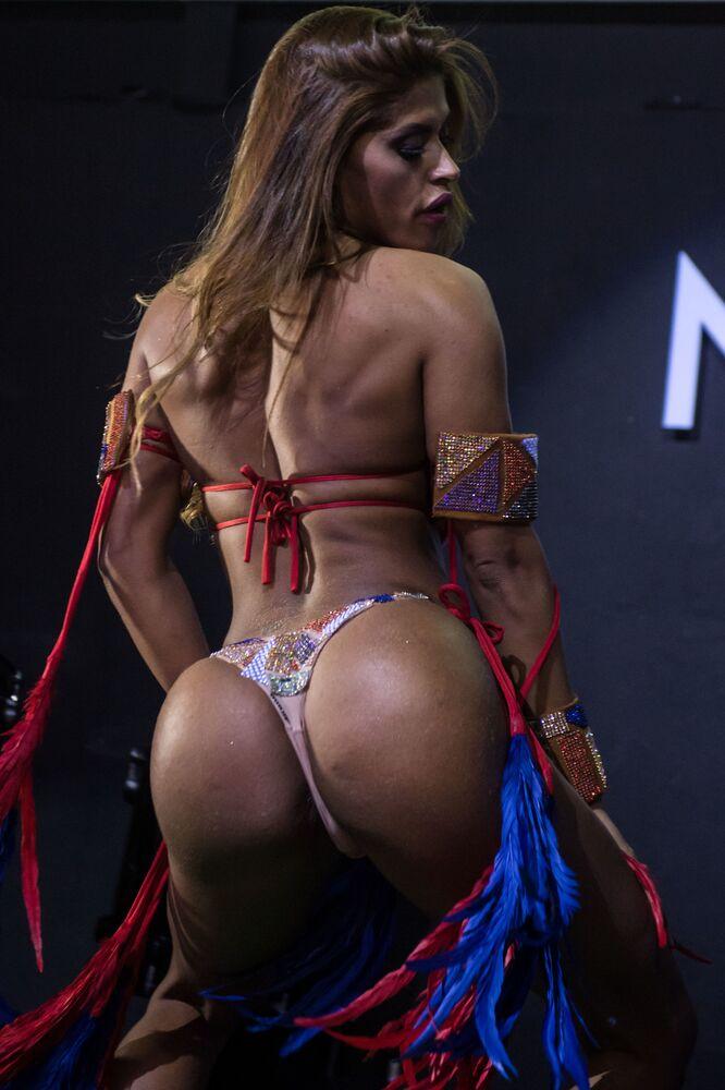 Desfile de Rosie Oliveira do Amazonas durante o show