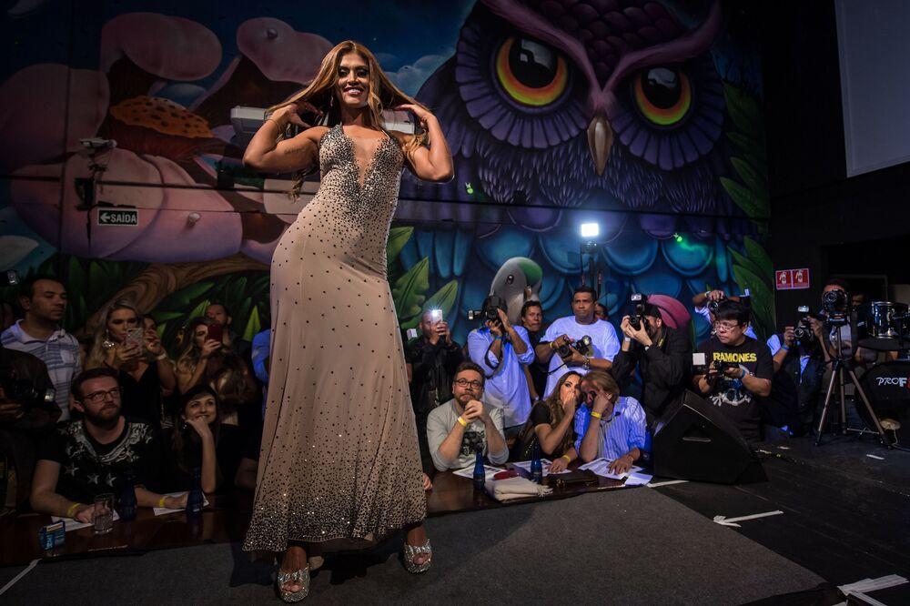 A vencedora do concurso Rosie Oliveira dominando a passarela