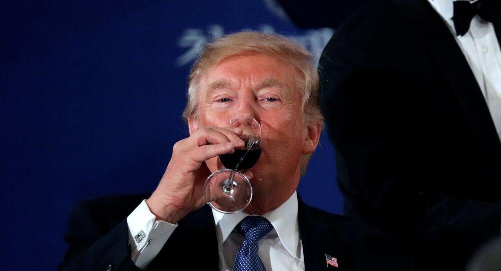 O presidente dos EUA, Donald Trump, toma um copo de vinho durante sua visita oficial à Coreia do Sul, em 7 de novembro de 2017