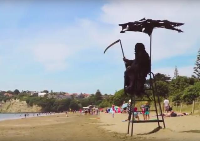 O Swim Reaper em uma praia da Nova Zelândia