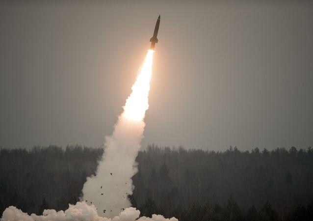 Lançamento de um míssil russo do complexo tático Tochka