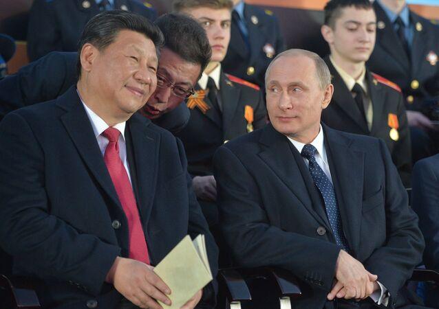 O presidente da China, Xi Jinping, e o presidente da Rússia, Vladimir Putin, na Parada da Vitória.