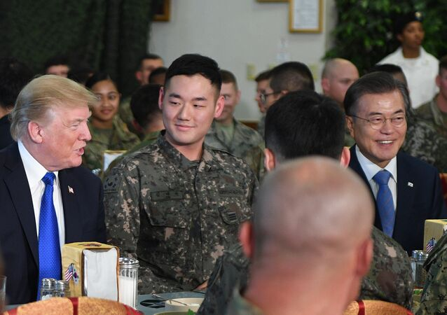 O mandatário estadunidense, Donald Trump, e seu homólogo sul-coreano, Moon Jae-in, durante almoço oficial na base militar estadunidense Camp Humphreys na Coreia do Sul