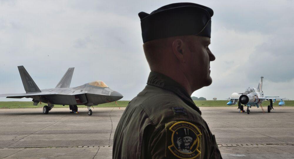 Piloto da Força Aérea norte-americana com F-22 Raptor dos EUA (à esquerda) e MiG-21 Lancer da Força Aérea da Romênia (à direita) em fundo, foto de arquivo