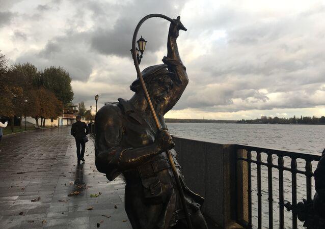 Monumento de um pescador no cais de Rostov-no-Don