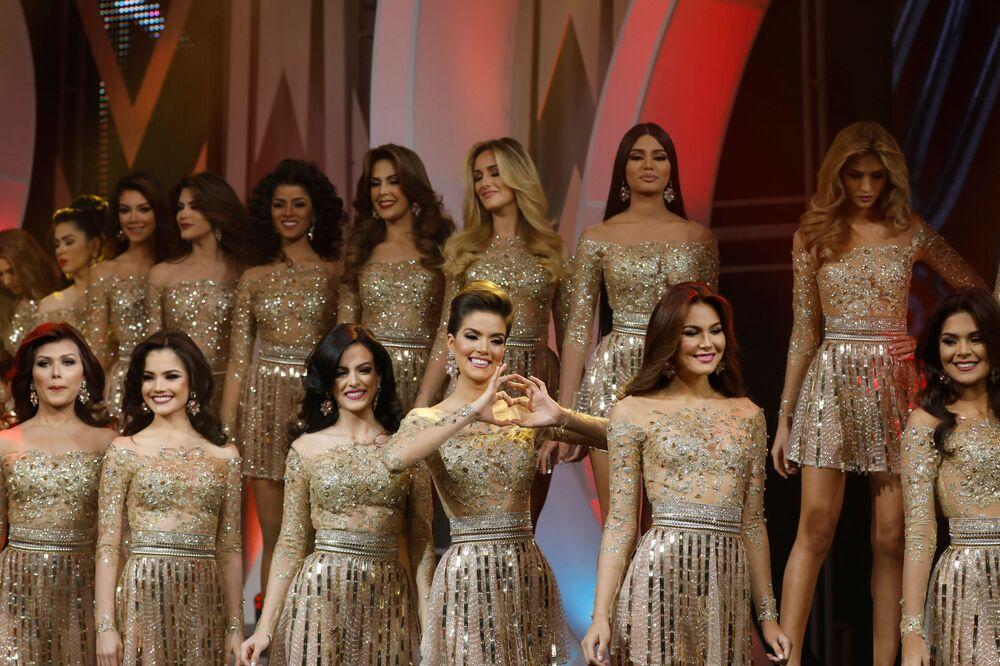 Modelos se apresentam durante a competição Miss Venezuela 2017 em Caracas, em 9 de novembro de 2017