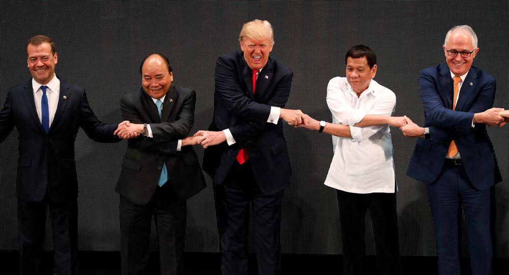 Primeiro-ministro russo, Dmitry Medvedev, primeiro-ministro do Vietnã, Nguyen Xuan Phuc, presidente das Filipinas, Rogrigo Duterte, e o primeiro-ministro da Austrália, Malcolm Turnbull, durante a cúpula da ASEAN, Manila, Filipinas, 13 de novembro