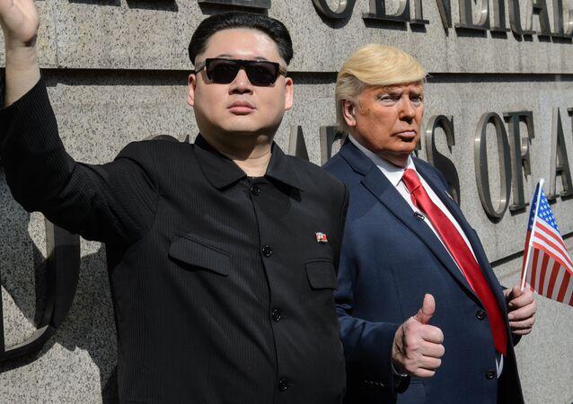 Sósias do presidente dos EUA, Donald Trump, e do líder da Coreia do Norte, Kim Jong-un