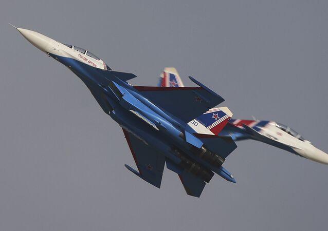Grupo de alta pilotagem da Força Aeroespacial da Rússia, Russkie Vityazi, dá um show durante a cerimônia de abertura do Salão Aeroespacial Dubai Airshow 2017, nos Emirados Árabes Unidos