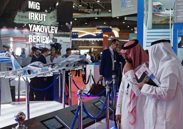 Visitantes conferem miniaturas dos aviões russos no stand da Força Aeroespacial da Rússia, durante o Salão Aeroespacial Dubai Airshow 2017, nos EAU
