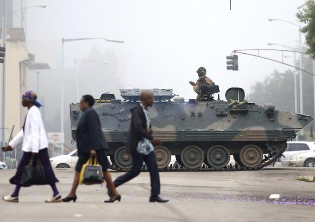 Soldados patrulham as ruas de Harare, no Zimbábue, 15 de novembro, 2017
