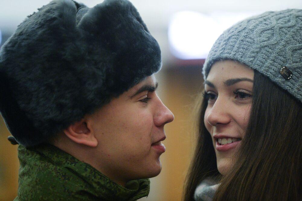 Para os turistas que chegam a Moscou, os soldados deste Regimento são uma atração especial para selfies, pois estes precisam manter uma serenidade completa na expressão facial durante os serviços de guarda de honra durante horas, em qualquer período do ano e do dia e em quaisquer condições climáticas