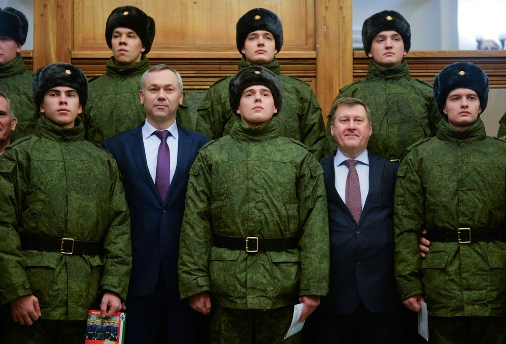 Prefeito de Novossibirsk, Anatoly Lokot, e governador interino da região de Novossibirsk, Andrei Travnikov, se despedem dos recrutas do Regimento Presidencial antes de eles viajarem a Moscou