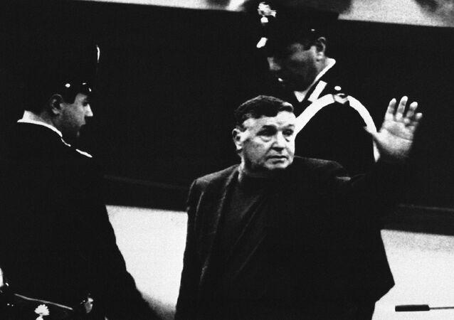 Mafioso Salvatore Riina durante seu julgamento, em 1993