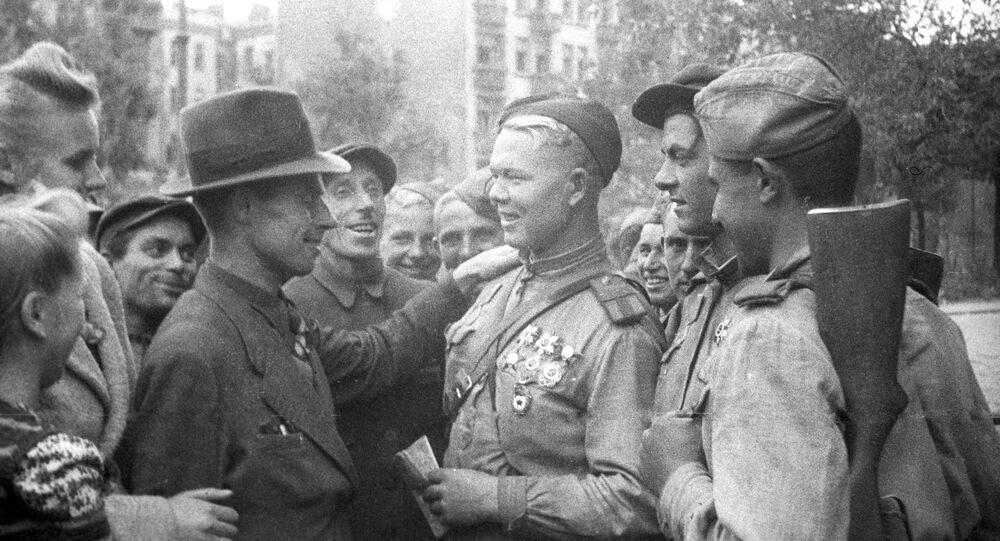 Cidadãos de Lublin e soldados do exército soviético em uma das ruas da cidade polonesa, 1941-1945