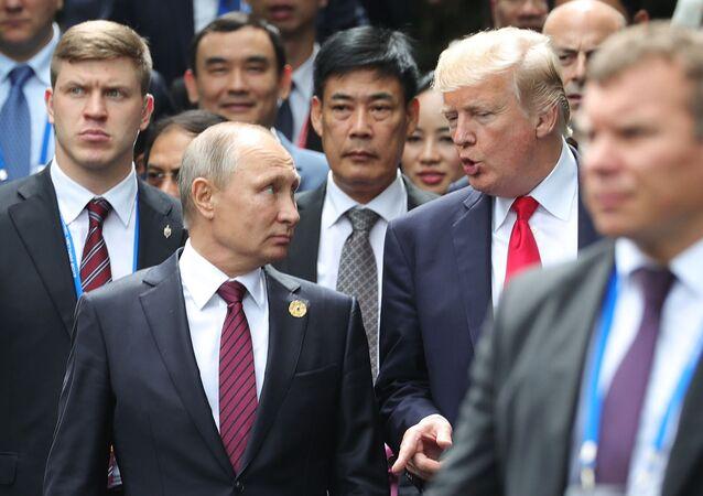 Vladimir Putin fala com presidente Trump na cúpula da APEC no Vietnã