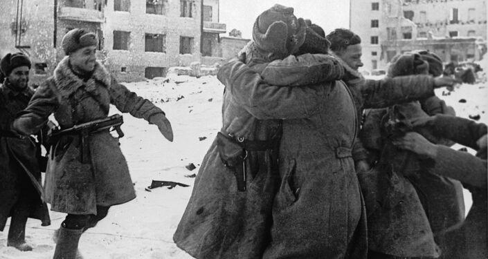 Chegada triunfal dos soldados soviéticos que cercaram os alemães em Stalingrado