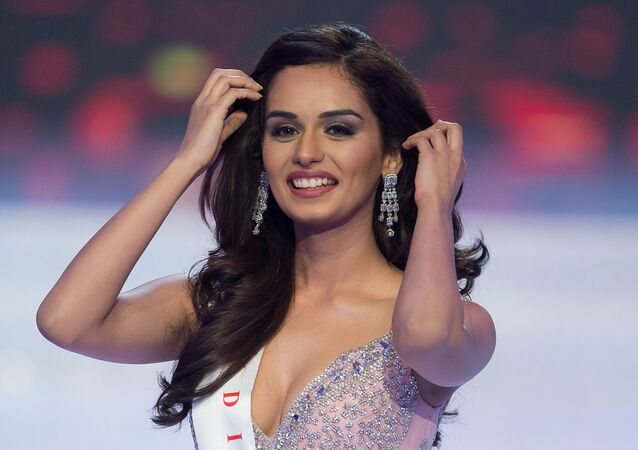 Miss Índia, Manushi Chhilar, sai ao palco vários minutos antes de vencer a final do 67º concurso Miss Mundo na cidade chinesa de Sanya, em 18 de novembro de 2017