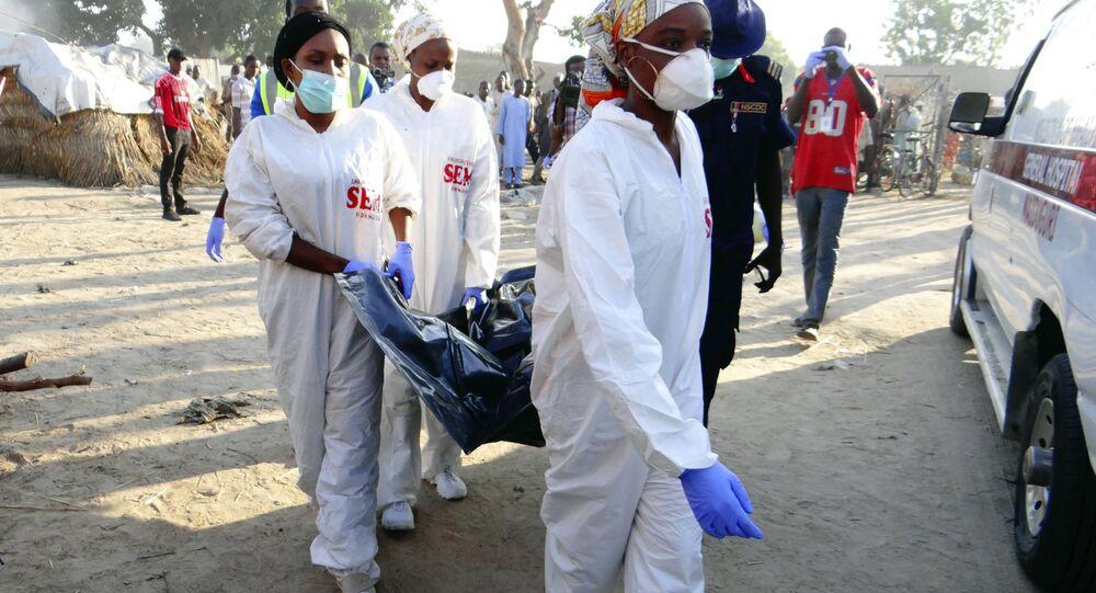 Socorristas trabalham no local da explosão na Nigéria, foto de arquivo