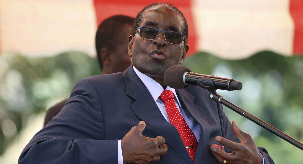 Presidente do Zimbábue, Robert Mugabe, ao se dirigir ao órgão principal do partido no poder ZANU-PF, o Politburo, na capital Harare (foto de arquivo)