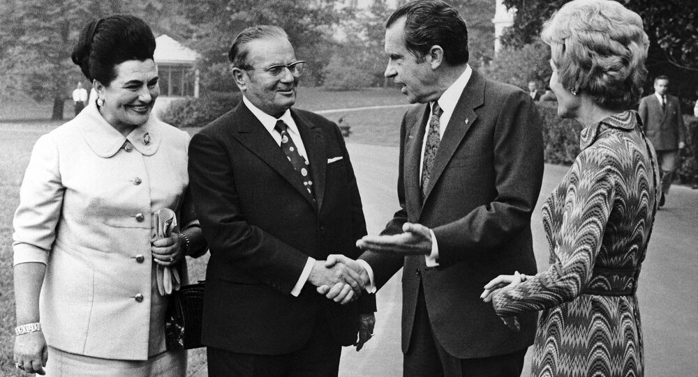 Líder iugoslavo, Josip Broz Tito, com o presidente norte-americano, Richard Nixon, e suas esposas perto da Casa Branca, Washington, EUA, 1971