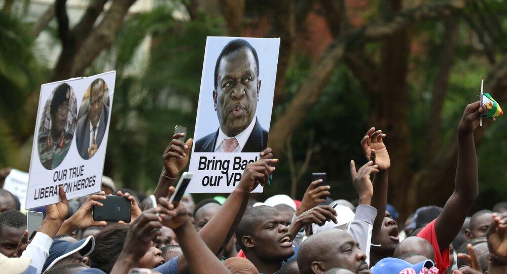 Manifestantes segurando cartazes em apoio ao ex-vice-presidente zimbabuano, Emmerson Mnangagwa, Harare, Zimbábue, 18 de novembro de 2017