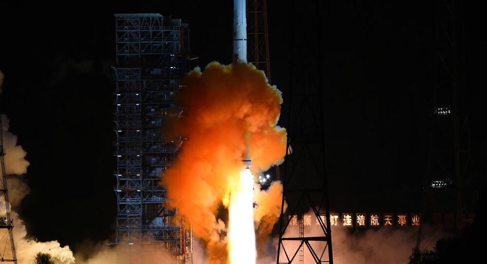 Aeronave não tripulada é lançada sobre um foguete Long March 3C da província chinesa de Sichuan