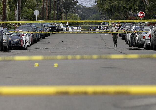 Local de crime cercado pela polícia após a massacre de 2014, em Isla Vista
