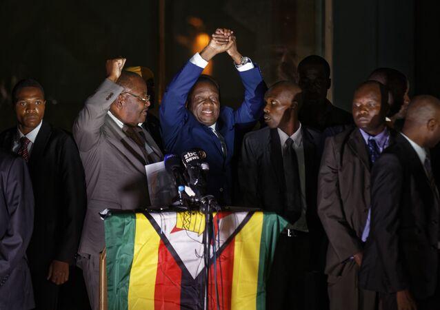 Futuro presidente zimbabuano, Emmerson Mnangagwa, saúda apoiadores fora da sede do partido governante, 22 de novembro de 2017