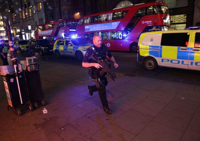 Polícia britânica ocupa rua Oxford, em Londres, após relatos de tiroteio no metrô