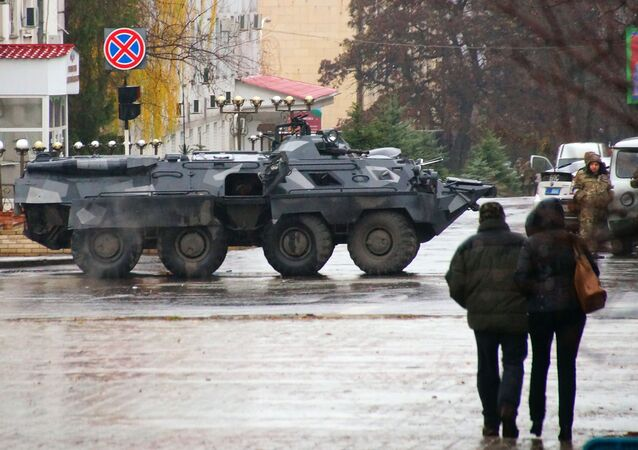 Blindados e militares em Lugansk, Donbass