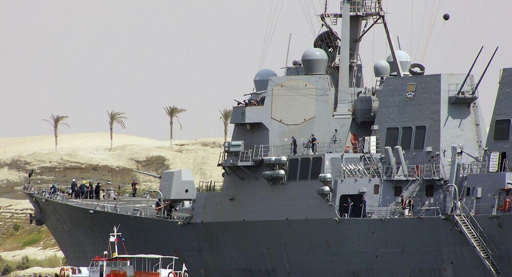 Destróier USS James Williams (DDG-95) da Marinha dos Estados Unidos no canal de Suez