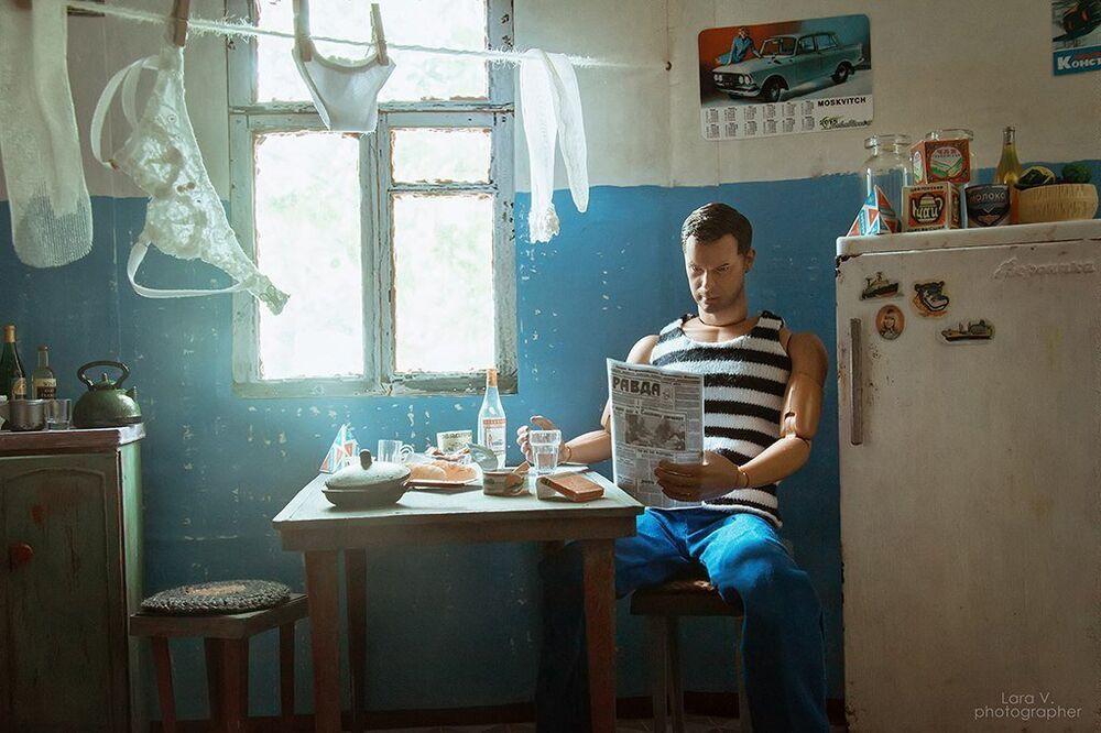 Ken lendo uma pequena cópia do jornal Pravda, a voz do partido Comunista