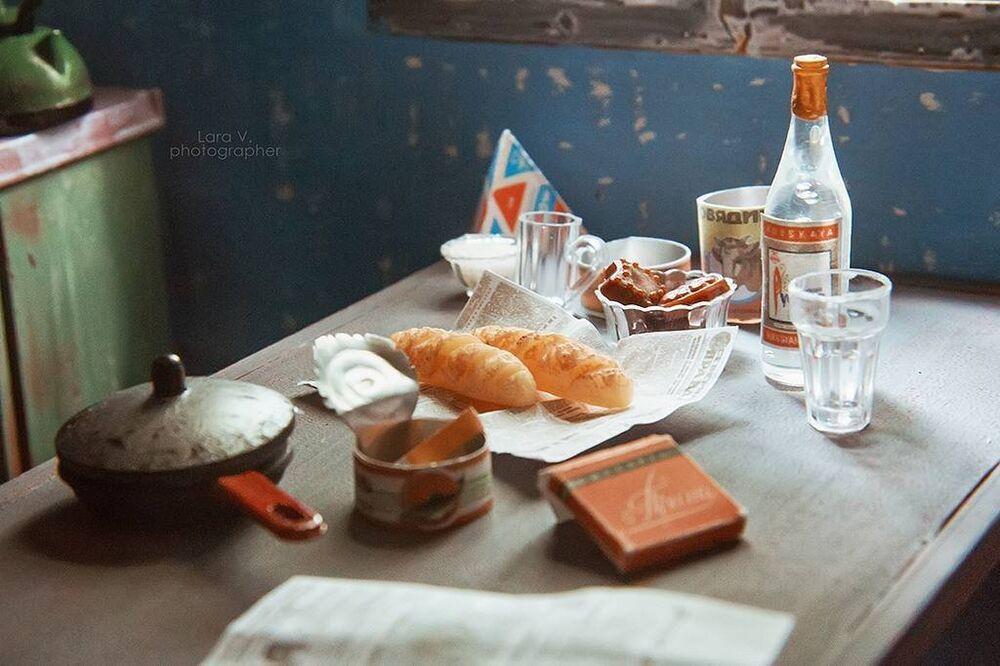 A fotógrafa fez cópias pequenas de produtos típicos daquele período: pacote de leite em forma da pirâmide, um maço de cigarros Prima e uma garrafa de vodka Russkaya