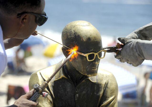 A estátua do poeta Carlos Drummond de Andrade, em Copacabana, no Rio de Janeiro, recebendo novos óculos, depois ter o objeto roubado pela nona vez, em janeiro de 2016