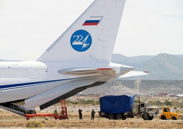 Descarga do equipamento para as buscas do submarino argentino San Juan do avião russo An-124 no aeroporto de Comodoro Rivadavia, Argentina