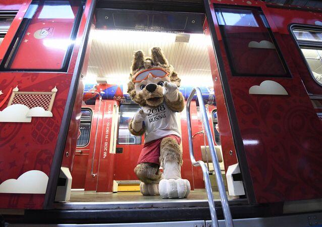 Mascote oficial da Copa do Mundo de 2018, lobo Zabivaka, exibido durante apresentação do trem oficial da Copa do Mundo de 2018 – maior evento de futebol que será realizado na Rússia