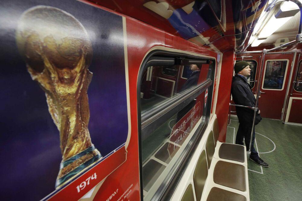 Passageiro no trem oficial da Copa do Mundo de 2018 dedicado à história dos campeonatos de futebol do mundo